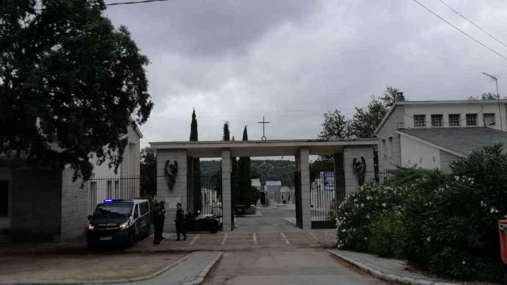 La entrada al cementerio custodiada por la Policía.