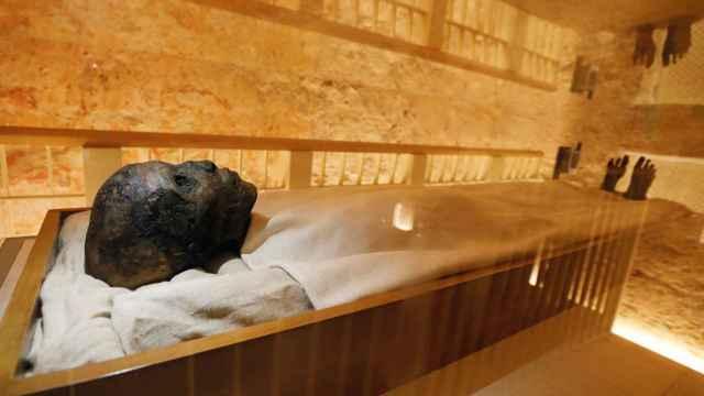 La momia del faraón Tutankamón en su renovada cámara funeraria.