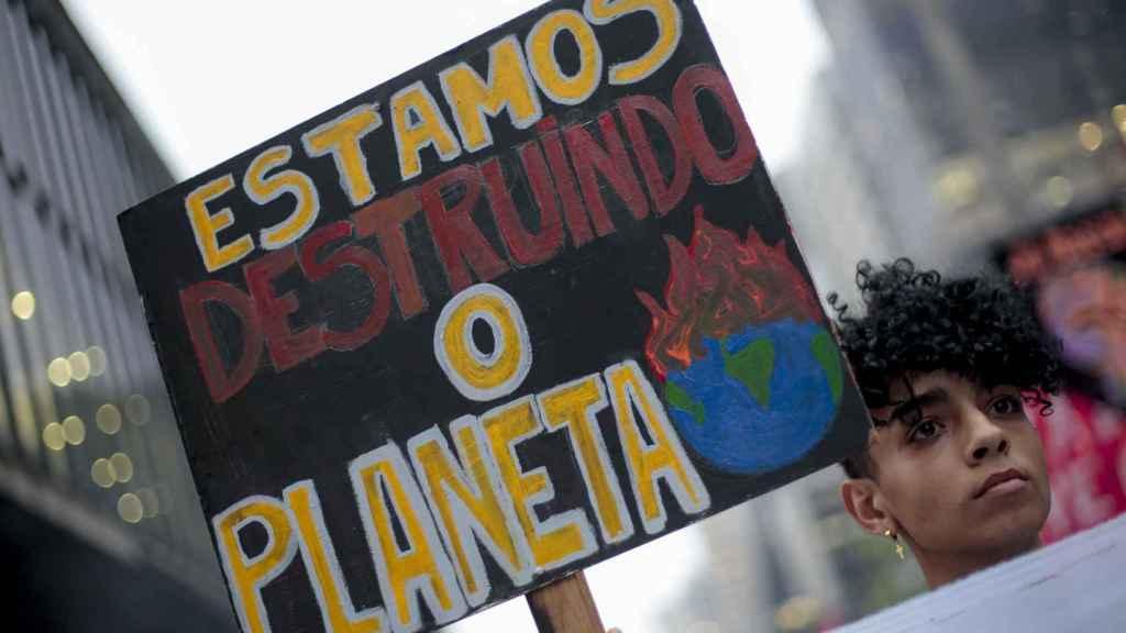 Un manifestante contra la crisis climática el pasado septiembre en Sao Paulo.