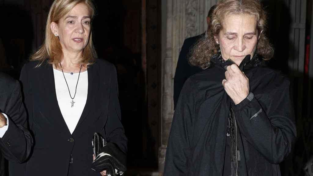 Las infantas Cristina y Elena este lunes por la noche en Madrid.