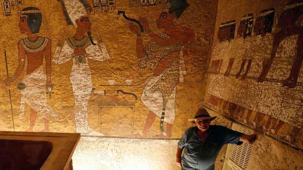El arqueólogo Zahi Hawass en la tumba de Tutankamón.