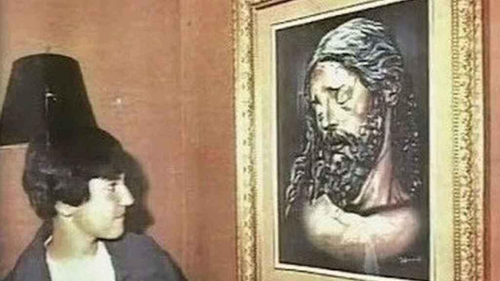 El niño pintor junto a otro de sus cuadros.