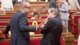 Miquel Buch y Quim Torra, hablando en el Parlament.