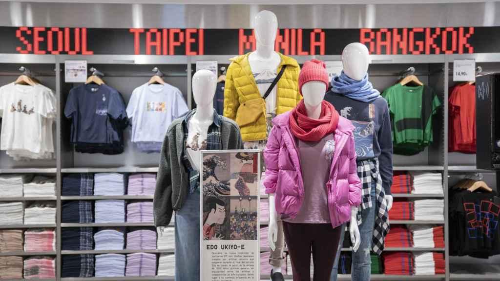 Plumas ligeros y camisetas gráficas en la tienda madrileña de Uniqlo.
