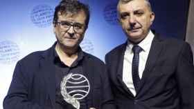 Javier Cercas, ganador del Premio Planeta, junto con el finalista Manuel Vila.