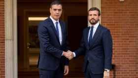 Pablo Casado y Pedro Sánchez posan en la Moncloa momentos antes de reunirse.