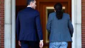 Pablo Iglesias entra al Palacio de la Moncloa junto a Pedro Sánchez.