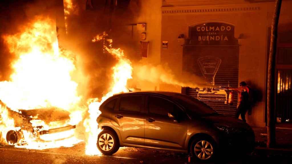 Coches incendiados en las protestas de la tercera noche tras la sentencia del 'procés'