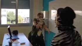 Momento en el que el youtuber lanza una tarta al profesor en el IES Muralla Romana.