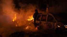 Un vehículo pasto de las llamas esta madrugada en Barcelona.