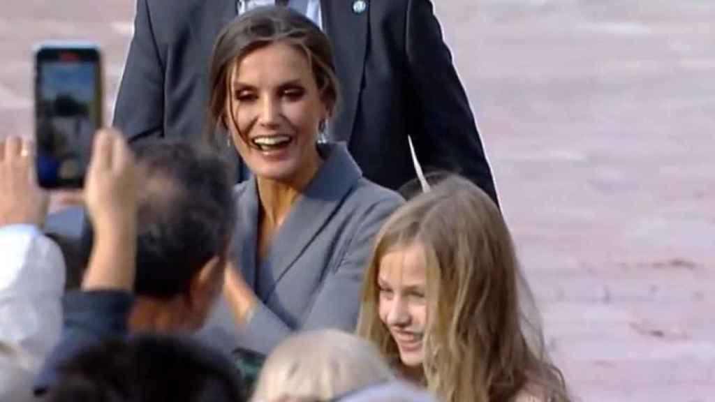 La reina Letizia, muy sonriente saludando a sus paisanos ovetenses.