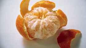 Una deliciosa mandarina pelada.