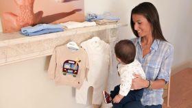 Ana Boyer posa junto a su hijo Miguel ante las prendas de la firma infantil Mayoral.