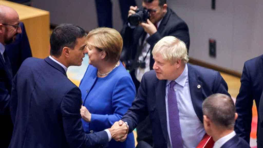 Imagen de archivo de Boris Johnson saludando a Pedro Sánchez durante una cumbre del 'brexit'.