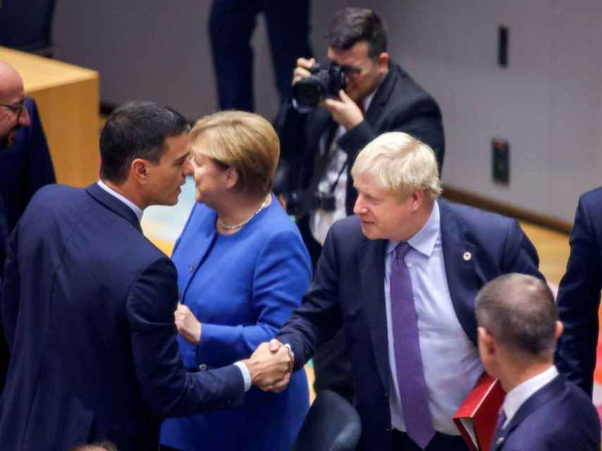 Boris Johnson saluda a Pedro Sánchez este jueves durante la cumbre del 'brexit'