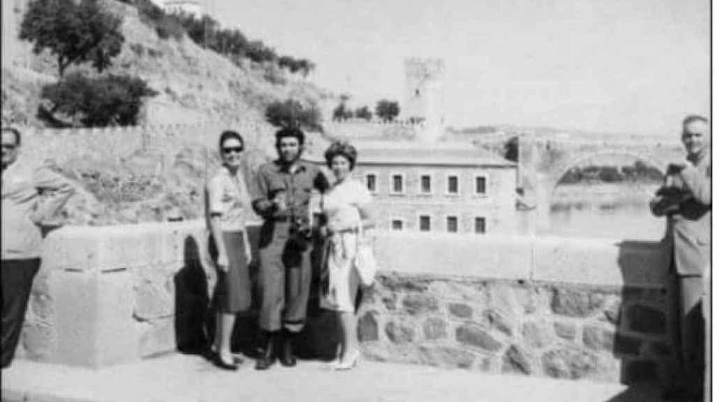 El comandante Guevara junto a dos mujeres en Toledo (1959).