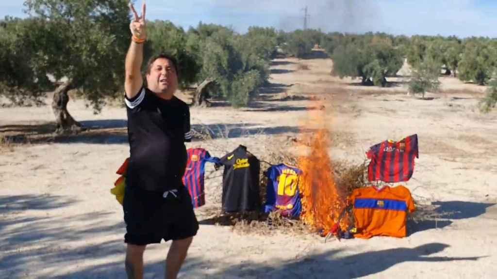 Joaquín, el franquista simpatizante de Vox que quema camisetas del Barça: Sois unos mierdas