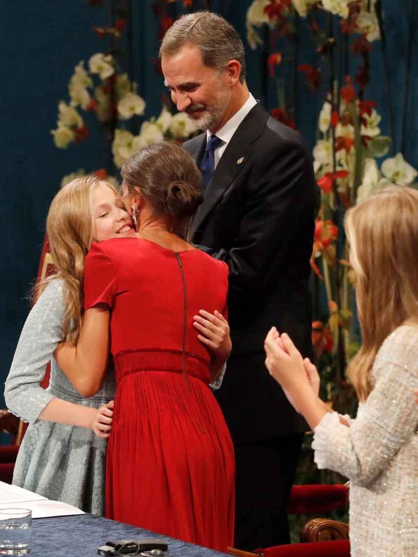 La reina Letizia felicitando a la princesa Leonor tras pronunciar su discurso.