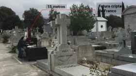 María y Fernando adecentan la tumba de su hija en el Cementerio de Mingorrubio-El Pardo.