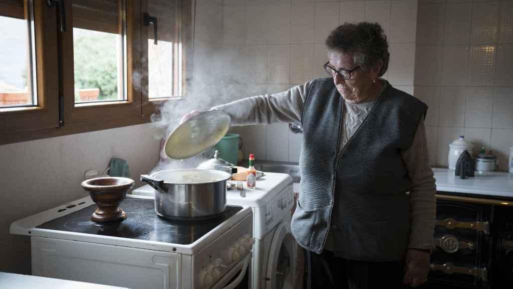 Esta señora de 87 años atiende a EL ESPAÑOL en su casa de Asiegu, Asturias.