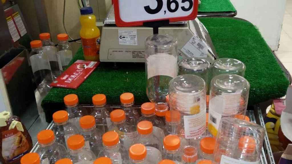 Botellas para exprimir el zumo de naranja.