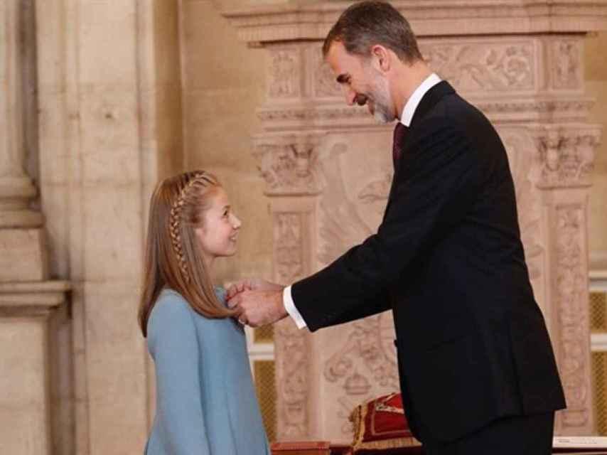 El rey Felipe impuso el Toisón de Oro a su hija, la princesa de Asturias, el día de su 50 cumpleaños, en enero de 2018.