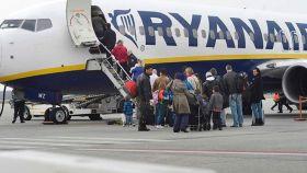 Una foto de archivo de un grupo de viajeros que sube a un avión de Ryanair.