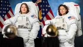 A la izquierda, la astronauta estadounidense Christina Koch; a la derecha, la astronauta Jessica Meir.