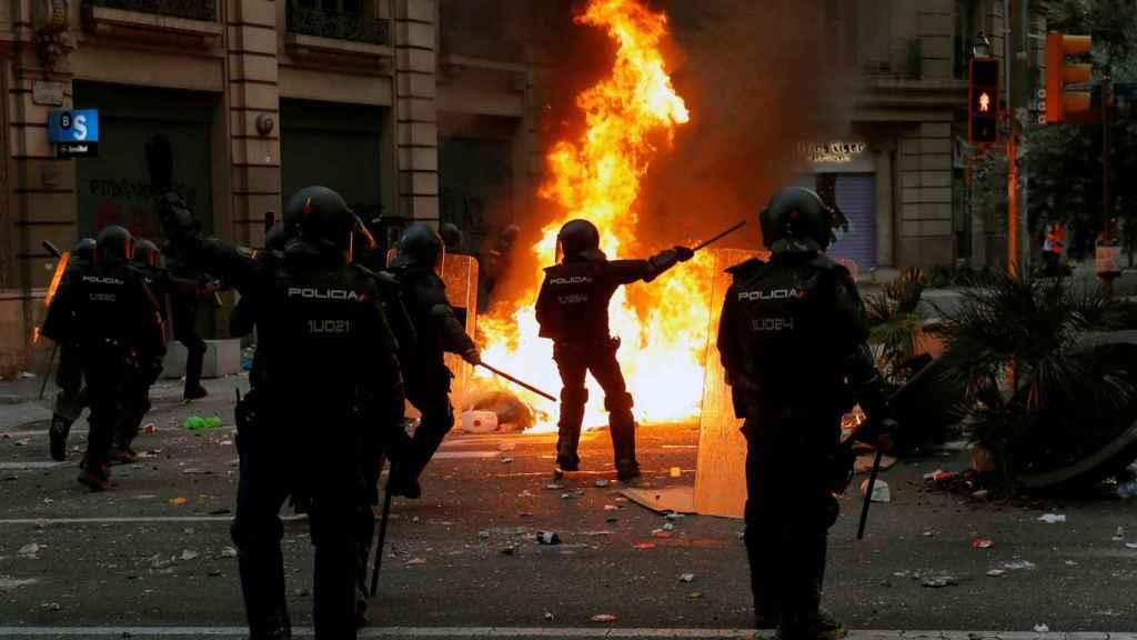 Agentes tratando de sofocar los disturbios en Via Laietana.