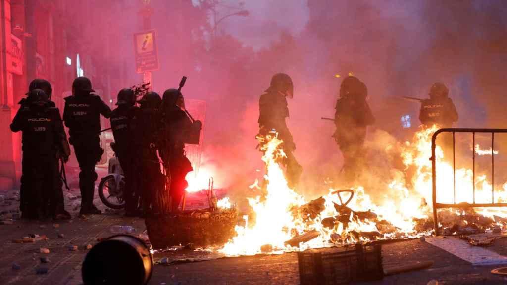 En imágenes: los violentos roban el protagonismo a los manifestantes incendiando de nuevo Barcelona