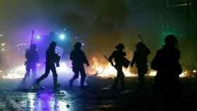 La policía trata de neutralizar la violencia en una noche compleja y muy peligrosa.