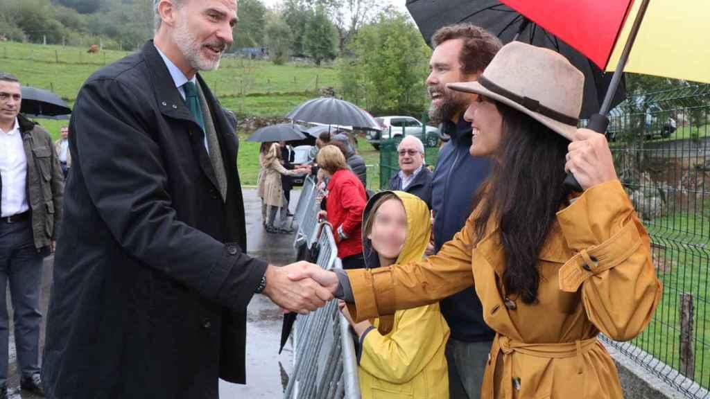 Felipe VI saluda a Rocío Monasterio e Iván Espinosa de los Monteros.