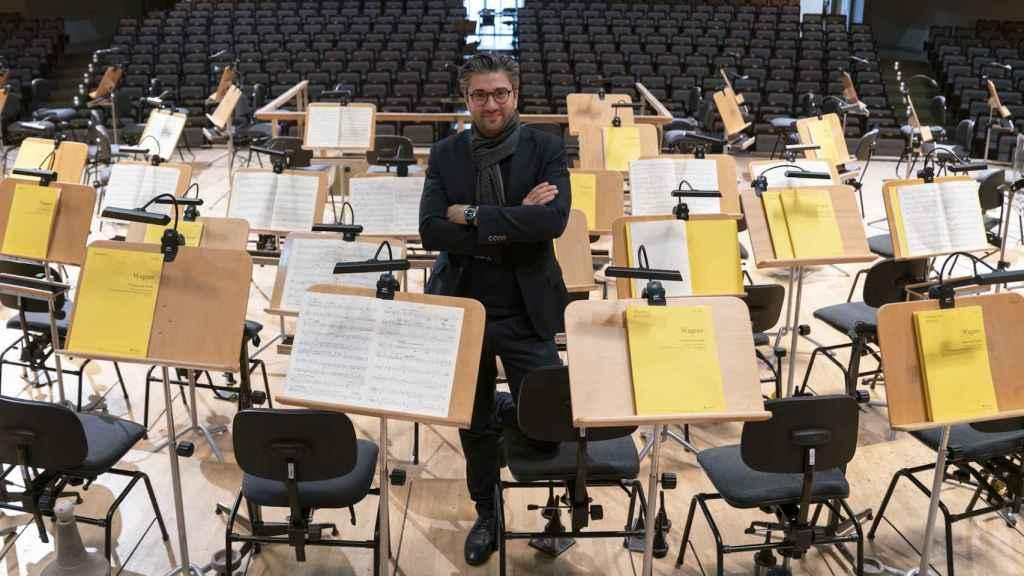 David Afkham, director artístico de la OCNE, en el Auditorio Nacional de España con partituras de Wagner.