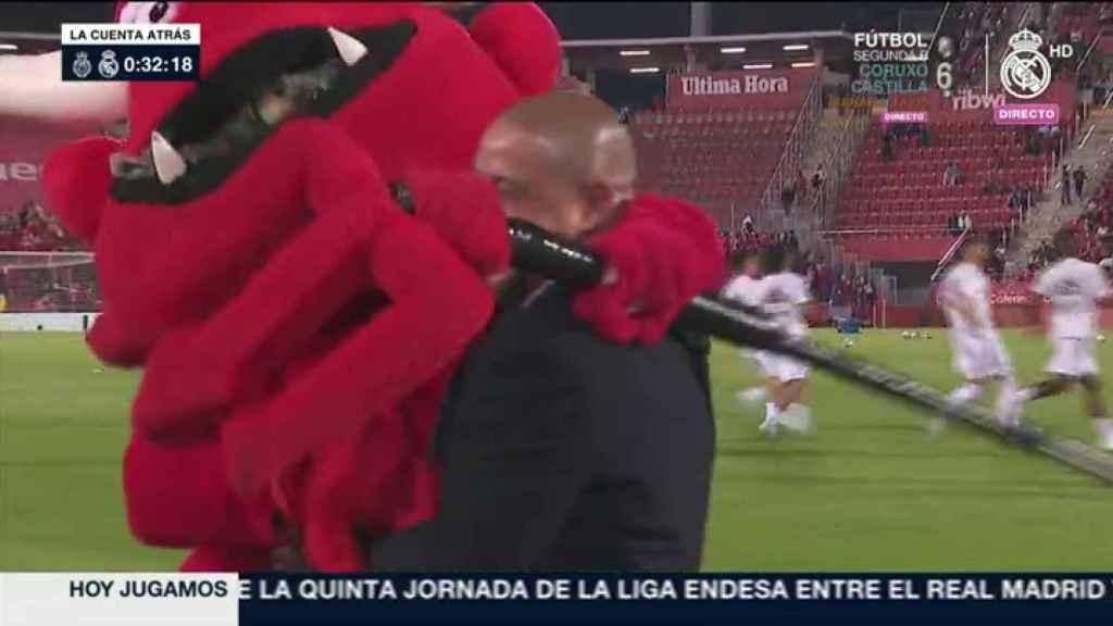 Roberto Carlos y la mascota del Mallorca