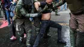 Los agentes cargan contra los manifestantes en Santiago de Chile.