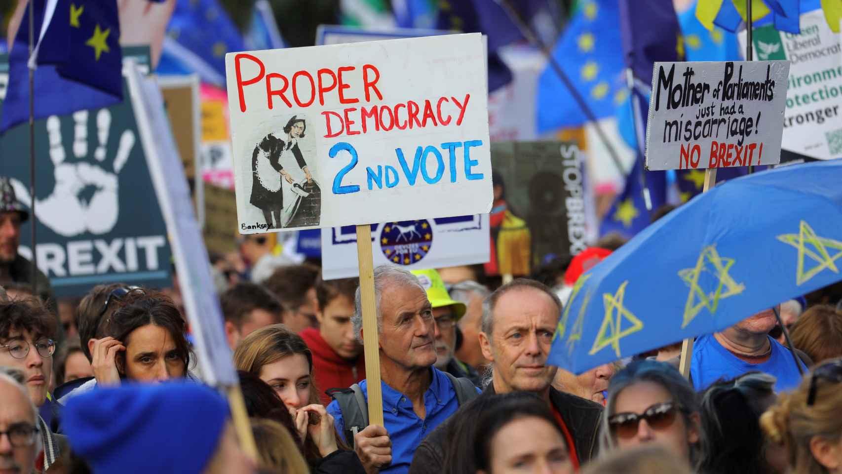 Opositores al 'brexit' piden un segundo referéndum antes de que se ejecute.