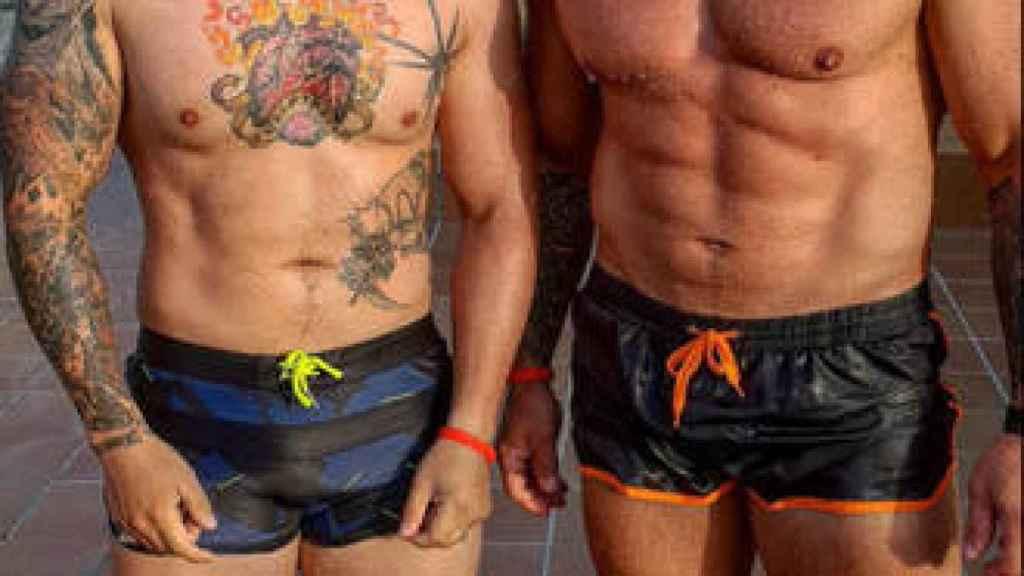 El tatuador de Valdemoro, a la izquierda.