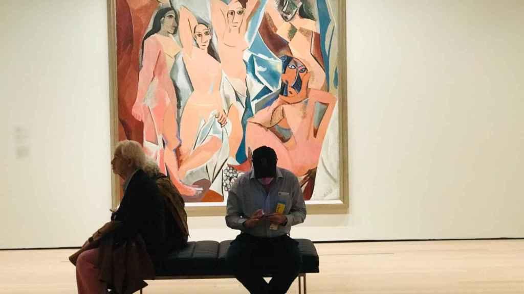 Varias personas frente al famoso cuadro de Picasso: 'Las señoritas de Avignon'.