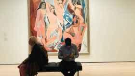 Dos personas frente al famoso cuadro de Picasso: 'Las señoritas de Avignon'.