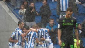 Los jugadores de la Real Sociedad celebran uno de los goles