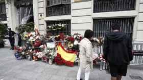 Ramos de flores frente a la Jefatura tras las noches de gran violencia de los radicales independentistas.