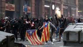 Jóvenes radicales en las protestas del pasado viernes por las calles de Barcelona.