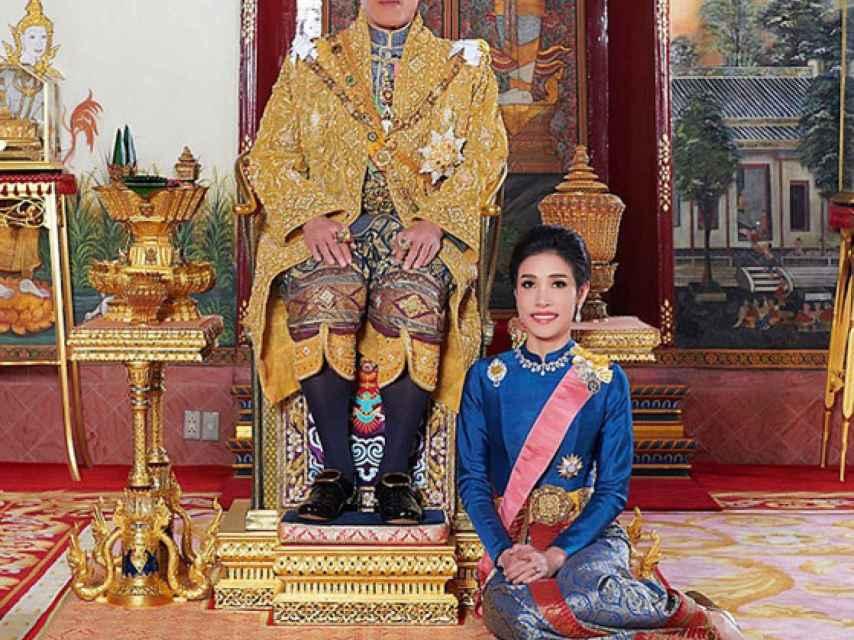 El rey de Tailandia y la mujer a la que nombró su consorte.