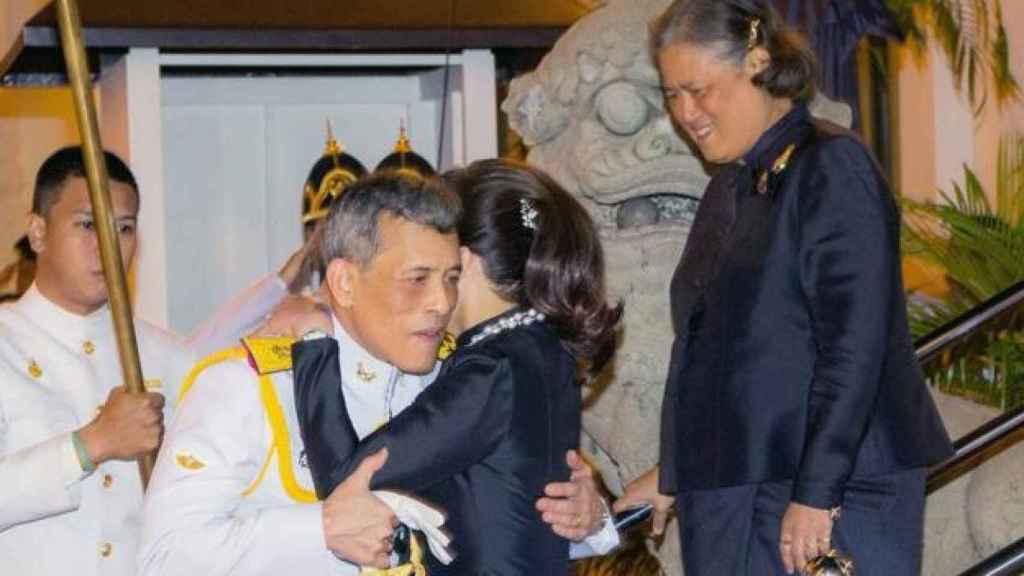 El rey de Tailandia y la mujer que era su consorte.