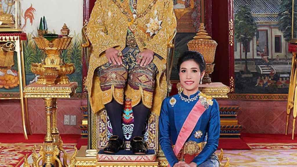 El rey de Tailandia y Sineenat Wongvajirapakdi.