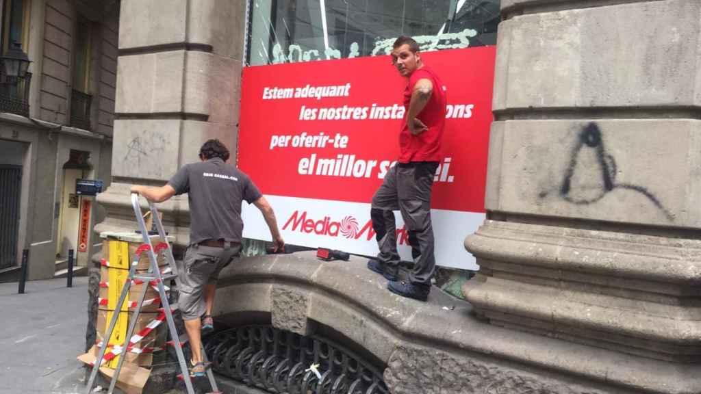 Trabajadores de Media Markt reparan el escaparate tras unas algaradas en Barcelona