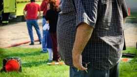 Una persona con una prominente barriga.