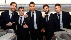 Los jugadores del Real Madrid en el avión.
