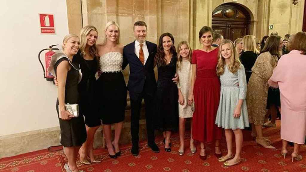 La esquiadora Lindsey Vonn, Robert Gavin Bonnar, Telma Ortiz, la infanta Sofía, la reina Letizia y la princesa Leonor.