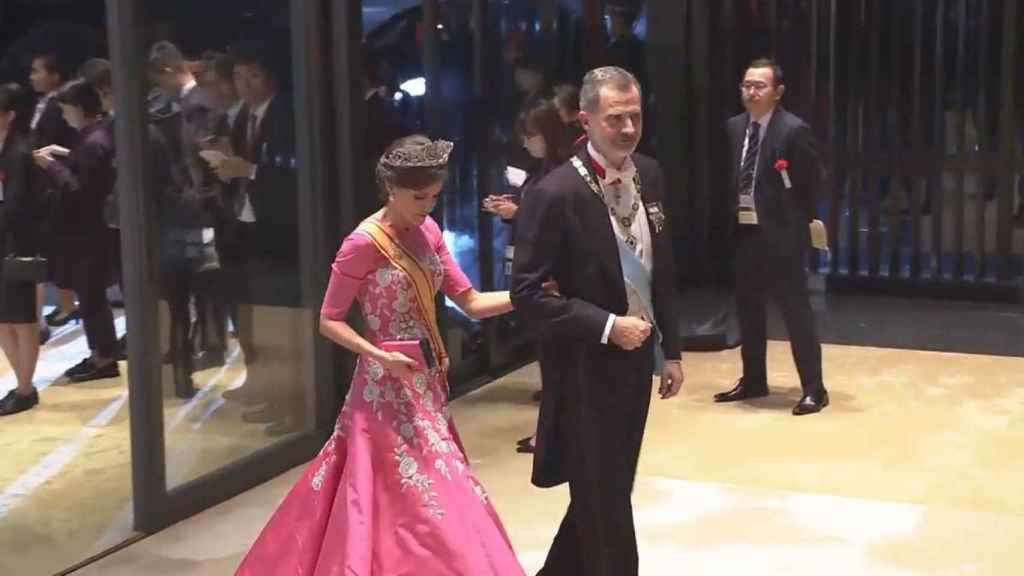 La reina Letizia con vestido de Carolina Herrera en Tokio.